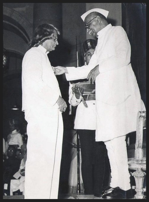 Sumitranandan-Pant-receiving-the-Padma-Bhushan-award-from-the-First-President-of-India-Dr-Rajendra-Prasad-in-1961-Be-An-Inspirer